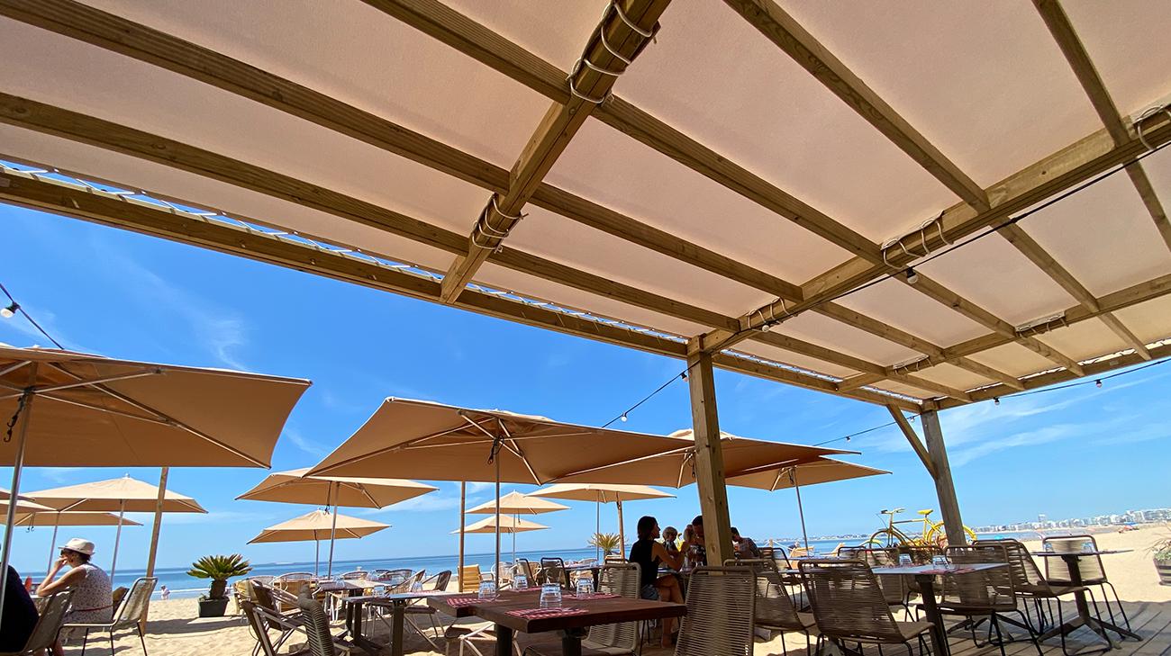 Pergola Toile Fixe de 12,5 x 3,5 m installée au restaurant Papy Mougeot à Pornichet (44) par Espacio